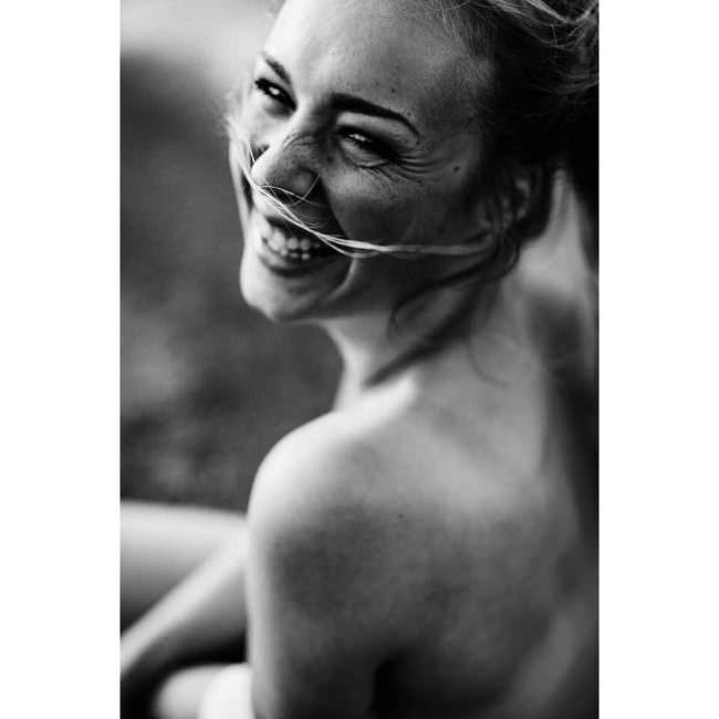 Eine lachende Frau