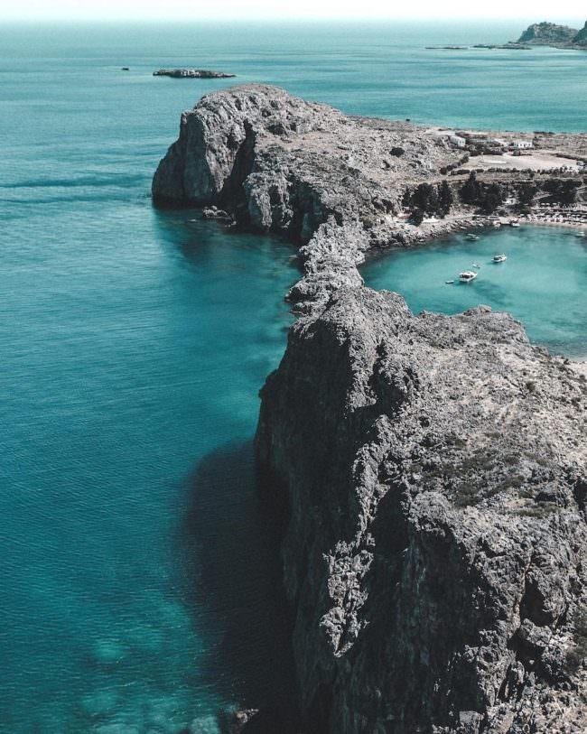 Ein kleiner See auf Klippen direkt am Meer.