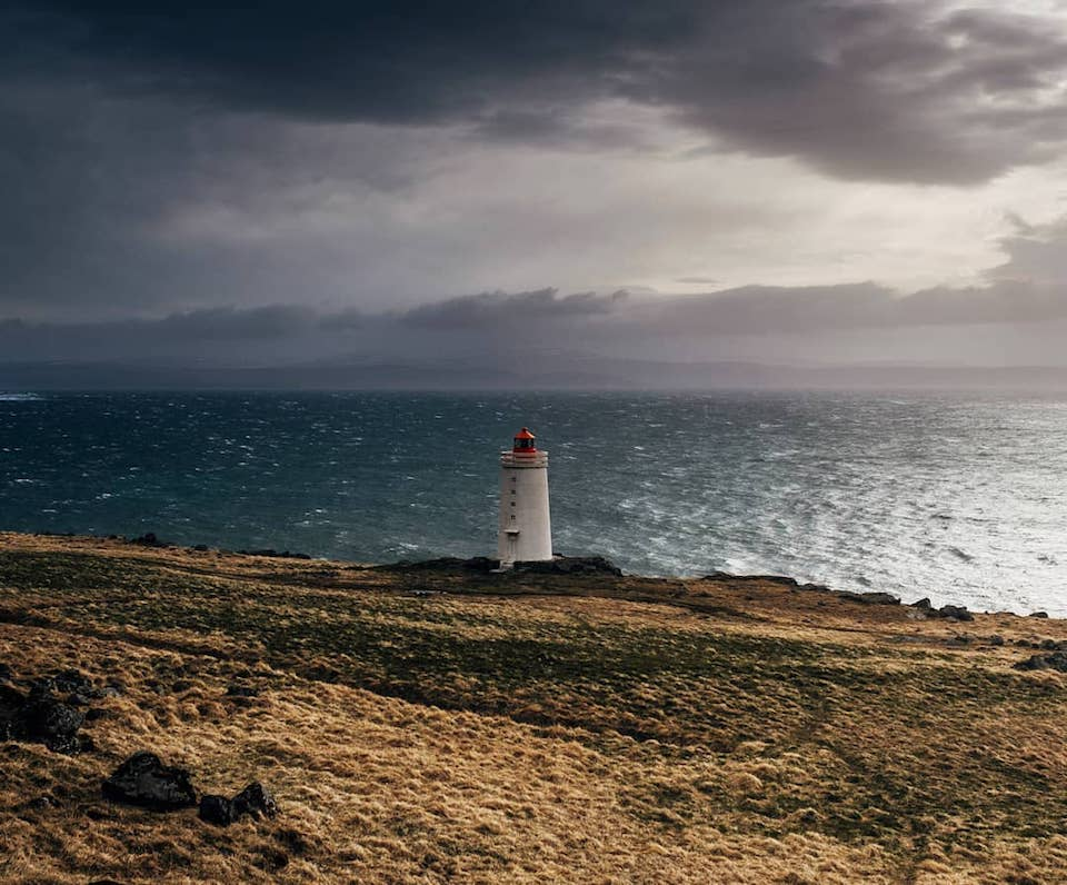 Ein Leuchtturm auf einer Klippe am Meer