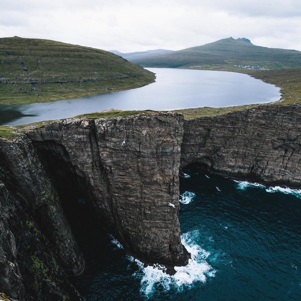 Ein See auf Klippen über dem Meer.