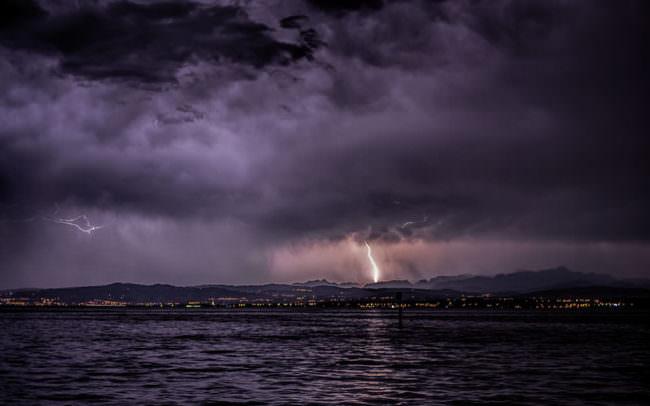 Blitz über einem See