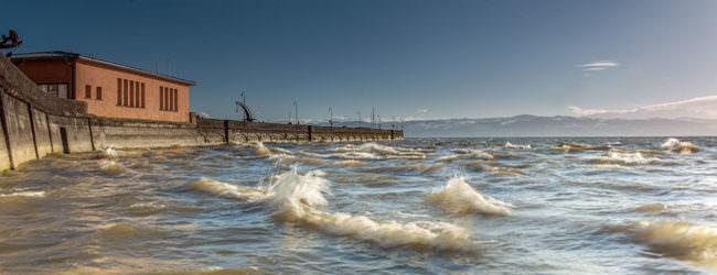 kleine Wellen an einem See