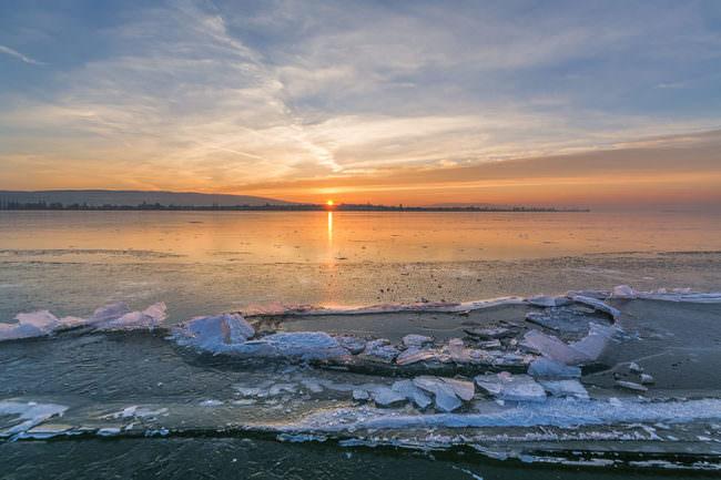Eis am Rand eines Sees