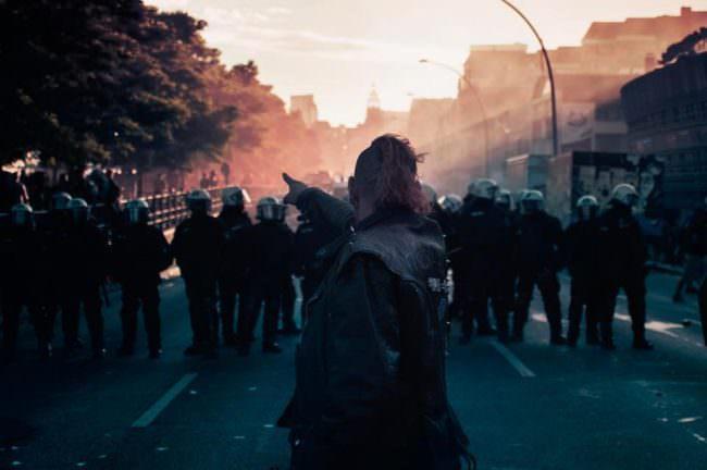 Ein Mann steht vor einer Gruppe Polizisten