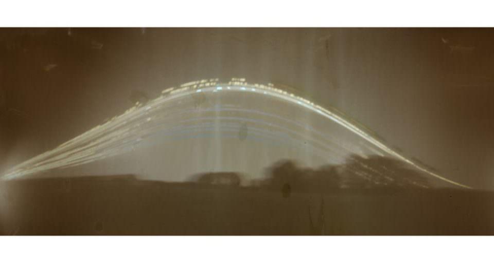 Eine abstrakte Landschaft mit einer gewölbten Lichtstrahl.
