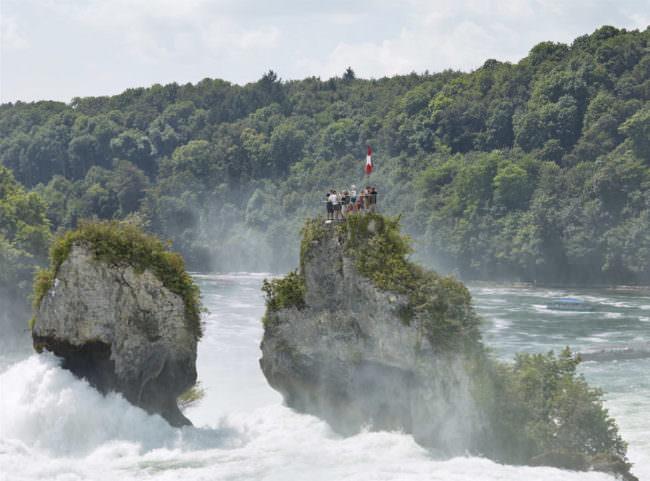 Menschen auf einem Felsen