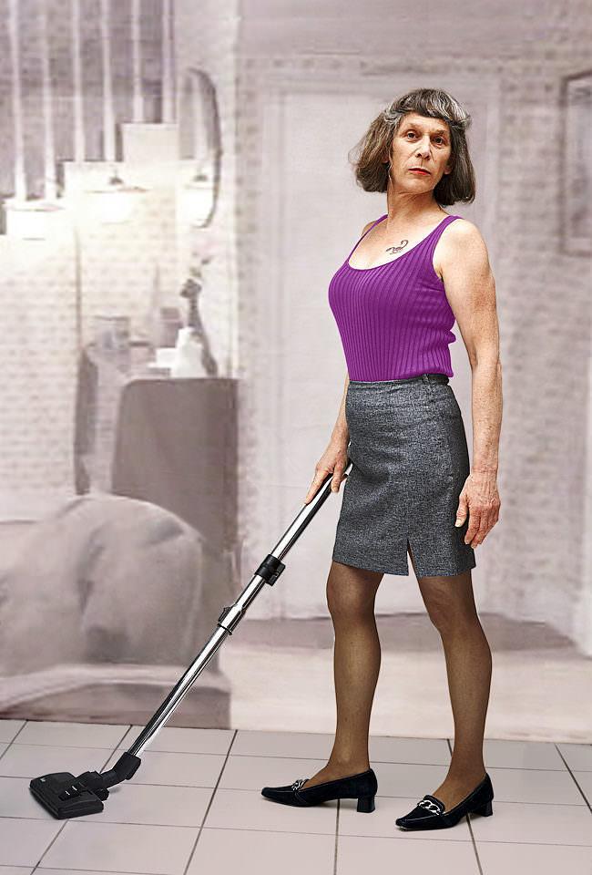 Frau mit kurzem, grauen Rock und lila Top staubsaugt in aufrechter Körperhaltung den Boden.