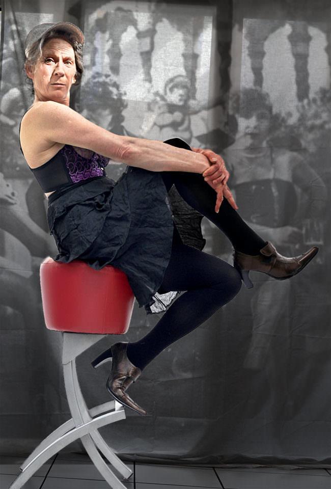 Frau seitlich zu sehen, sitzend auf einem Barhocker mit verschränkten Armen und Beinen.