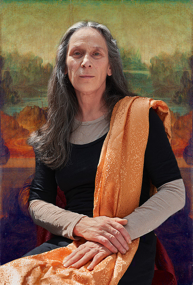 Frau mit langen Haaren in Pose der Mona Lisa.