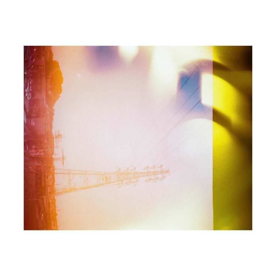 Abstraktes Lichtspiel in gelb und rot mit unklaren Formen.