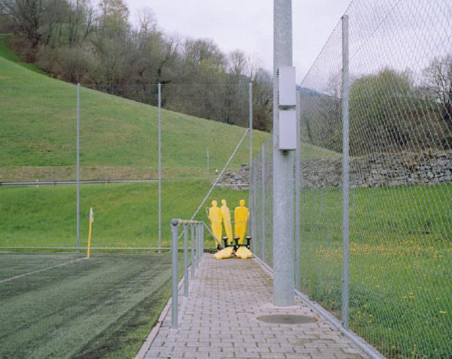 Spielfiguren am Rande eines Spielfeldes