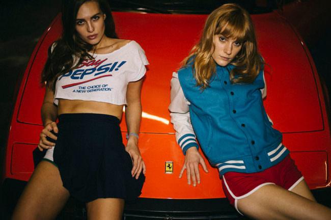 Zwei Frauen lehnen auf einer Motorhaube