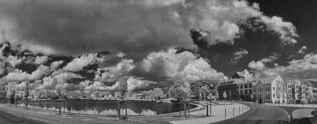 Stadt mit Teich