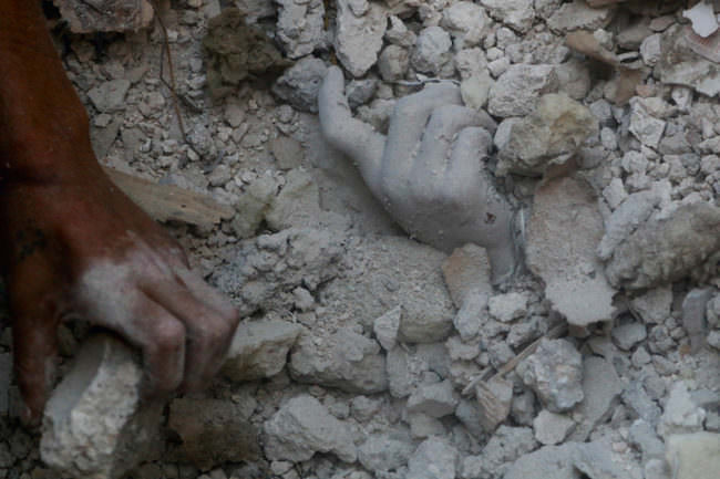 Eine tote Hand zwischen Trümmern