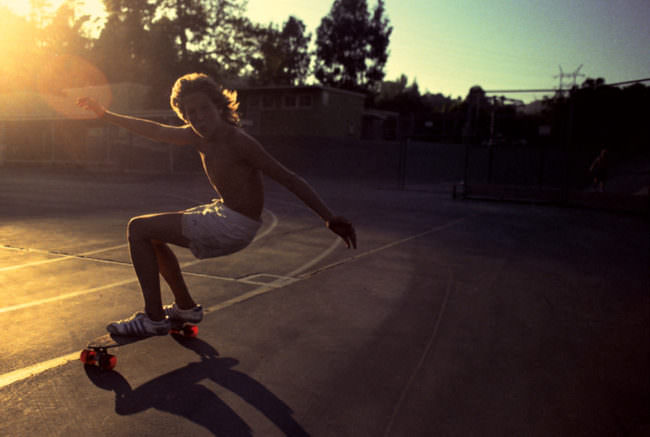Skateboardfahrer im Gegenlicht