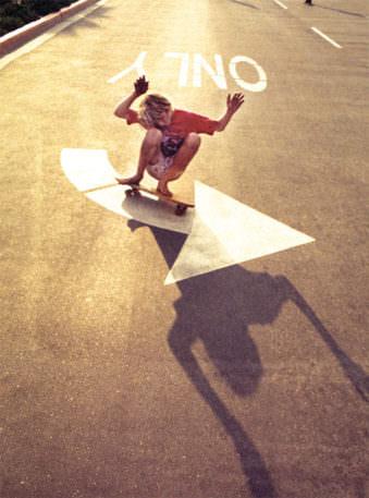 Skateboardfahrer auf einem Pfeil