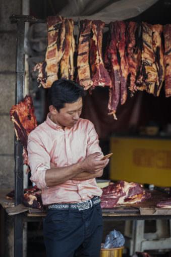 Mann vor Fleisch in der Auslage