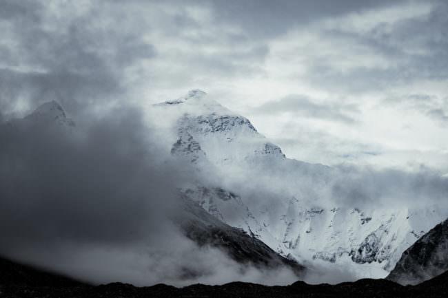 Ein Berg zwischen Nebelschwaden