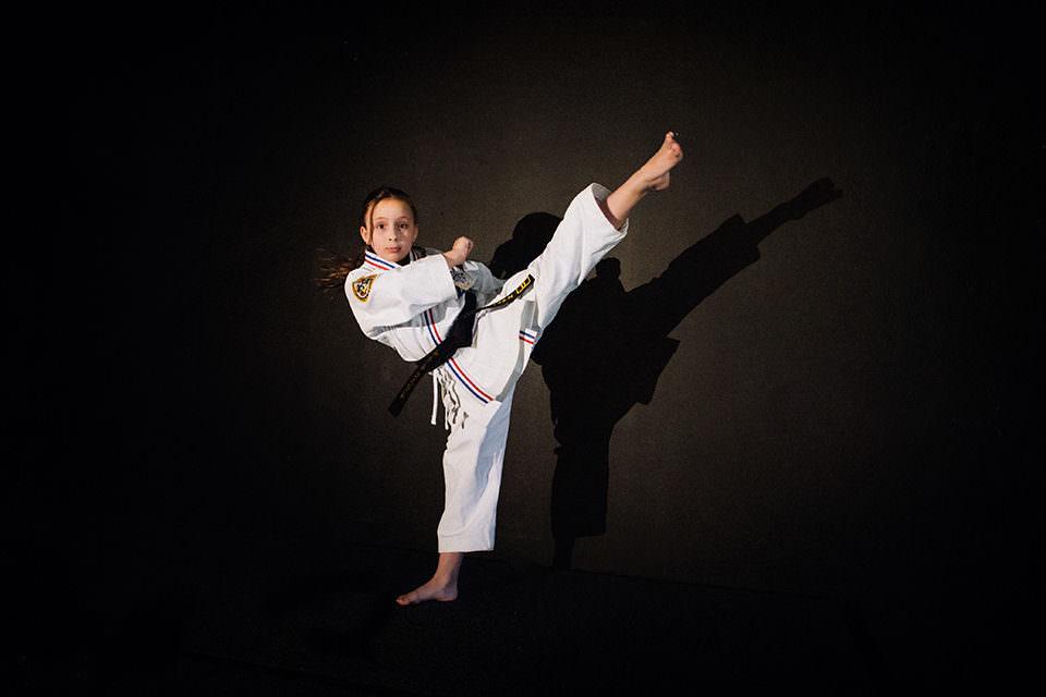 Ein Mädchen macht Karate