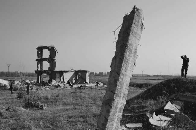 Mann fotografiert verlassene Gebäude