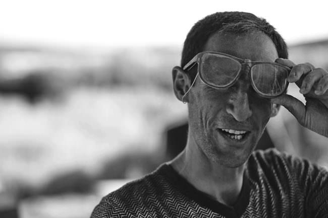 Mann mit schmutziger Brille
