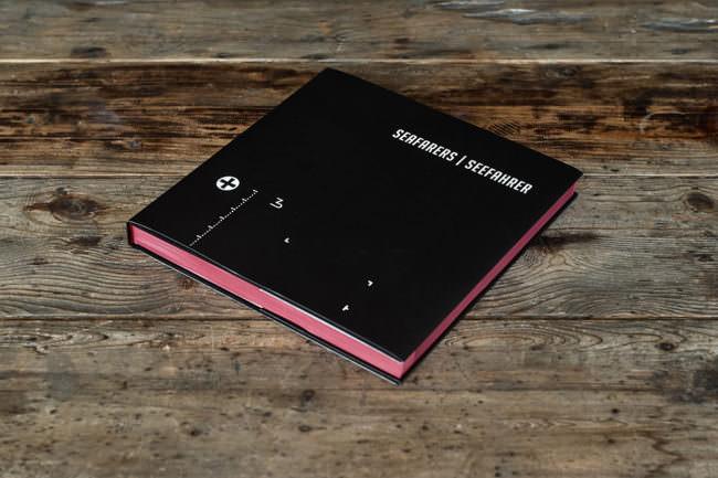 Buch auf einem Holztisch