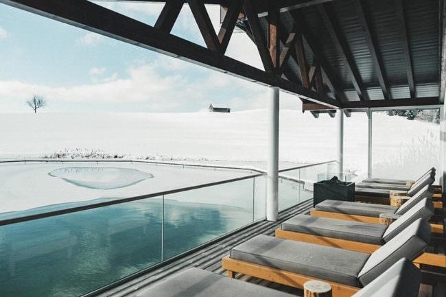 Blick von einer Terrasse auf eine Schneelandschaft