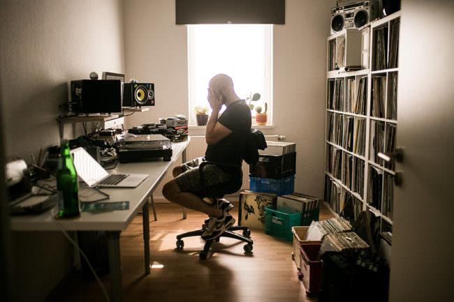 Mann in einem Studio