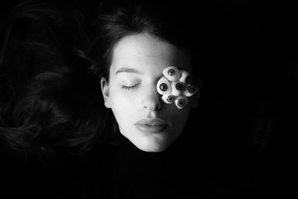 Frau mit surrealen Augen