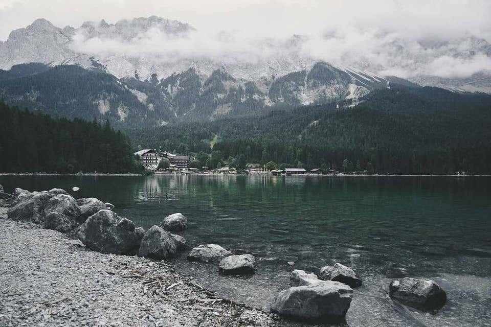 Ein See vor einem Gebirge