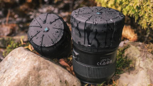 Flexible Objektivdeckel, auf zwei Objektiven, die mit Wassertropfen bedeckt sind.