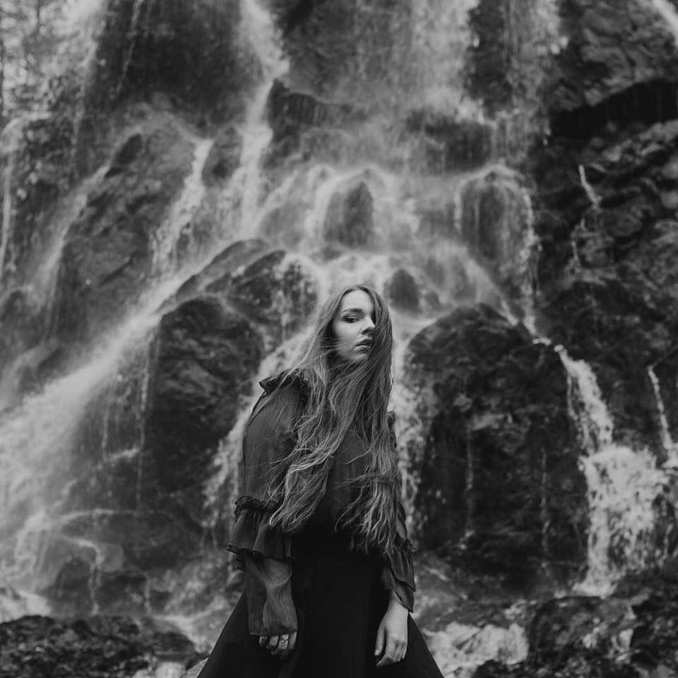 Eine Frau vor einem Wasserfall