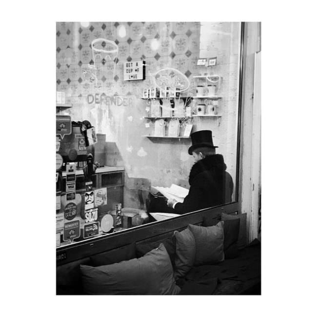 Ein Mann sitzt im Schaufenster
