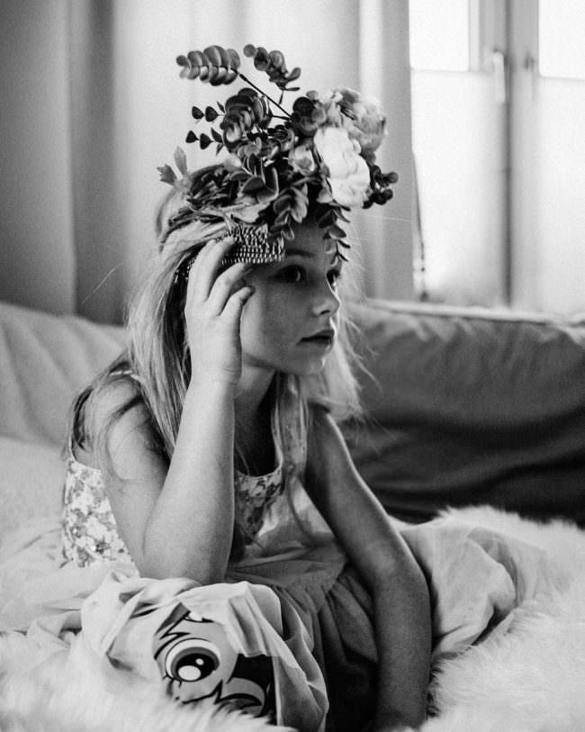 Ein Mädchen mit Blumen auf dem Kopf