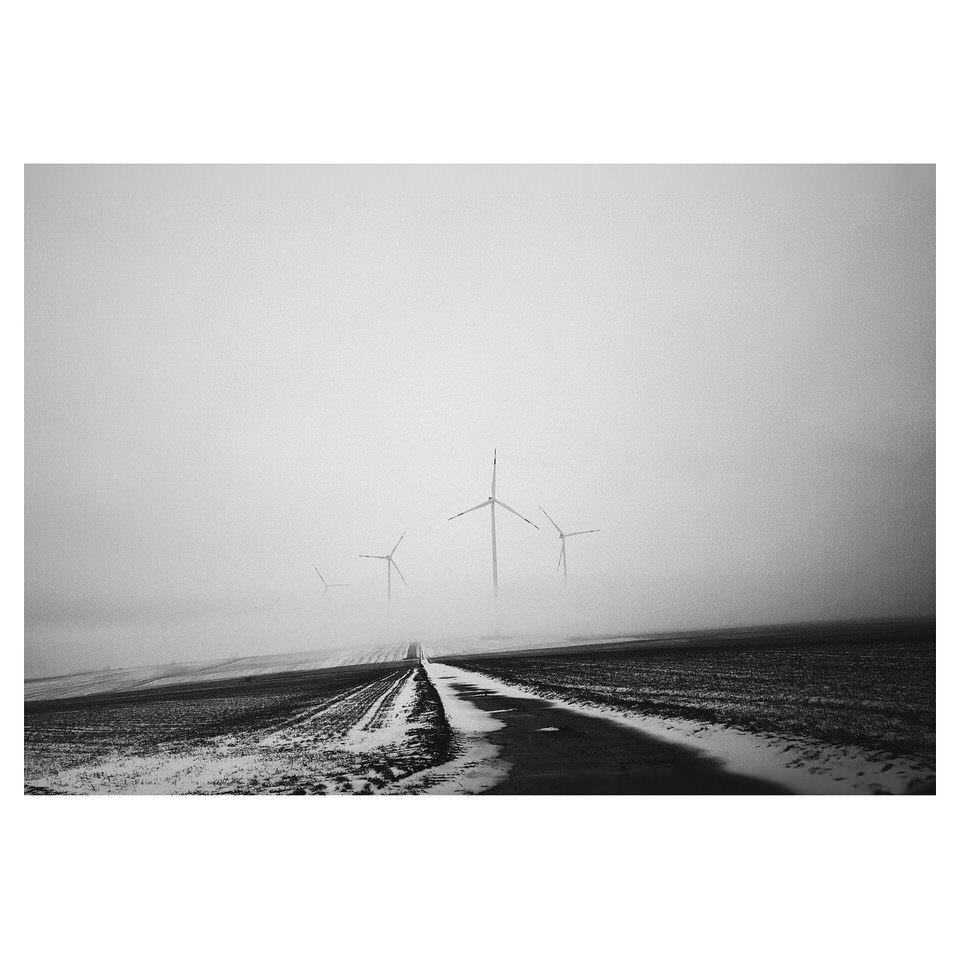 Windräder im Nebel