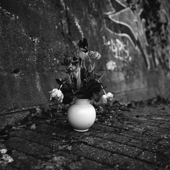 Alte Blumenvase an einer Mauer