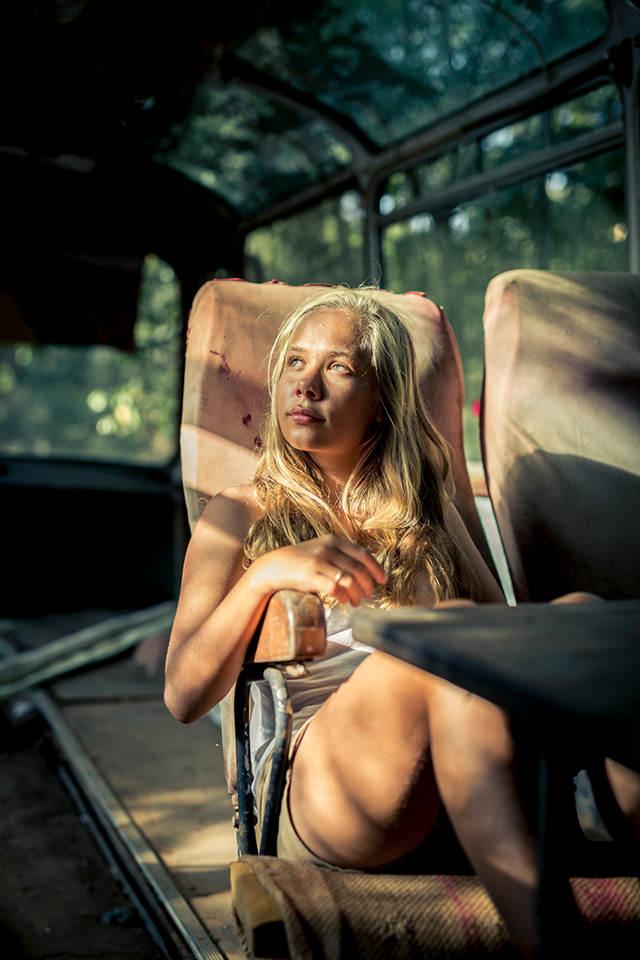 Eine Frau in einem von der Sonne beschienen Stuhl