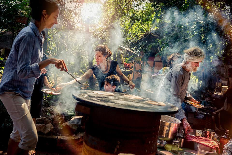 Menschen kochen draußen