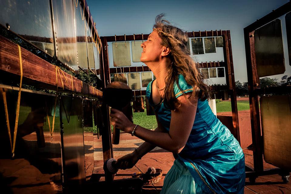 Frau spielt Glocken
