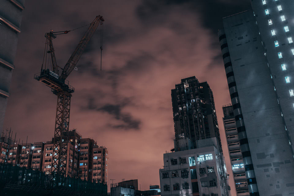 Hochhäuser und ein Kran