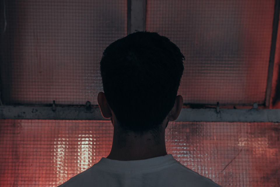 Mann sieht durch ein Fenster