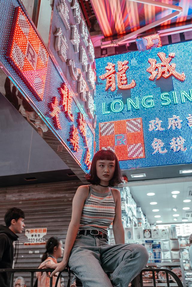Eine Frau vor Neonwerbung
