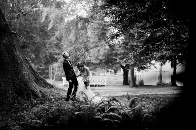 Hochzeitspaar lachend unter einem Baum