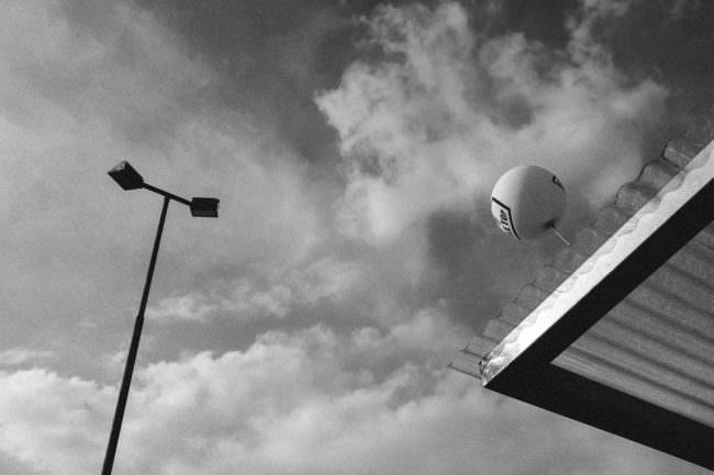 Ballon an einem Dach