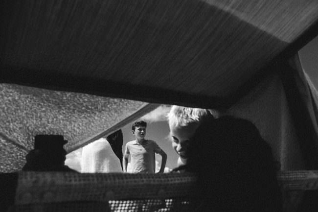 Jungs durch einen Stoff fotografiert