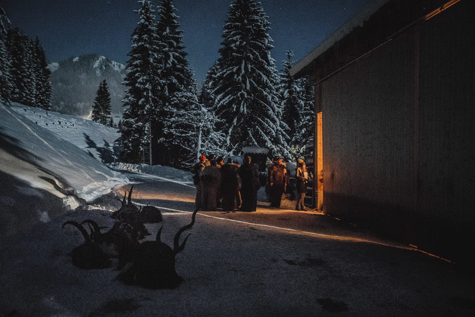 Beluchtetes Haus an einem Wald