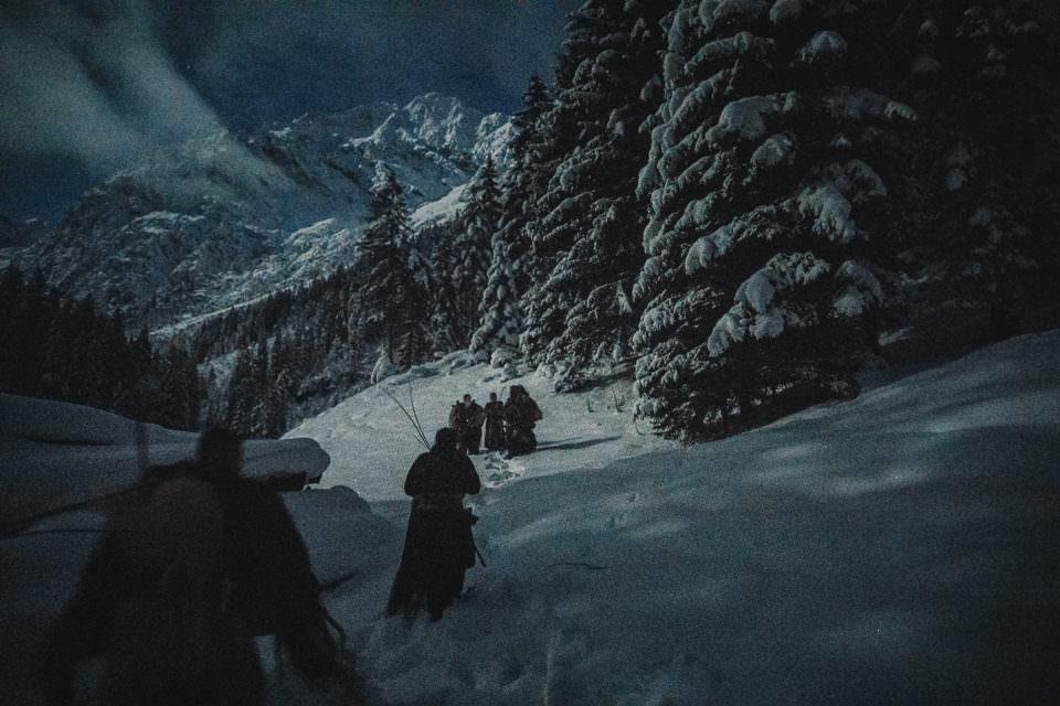 Verkleidete Männer im Schnee