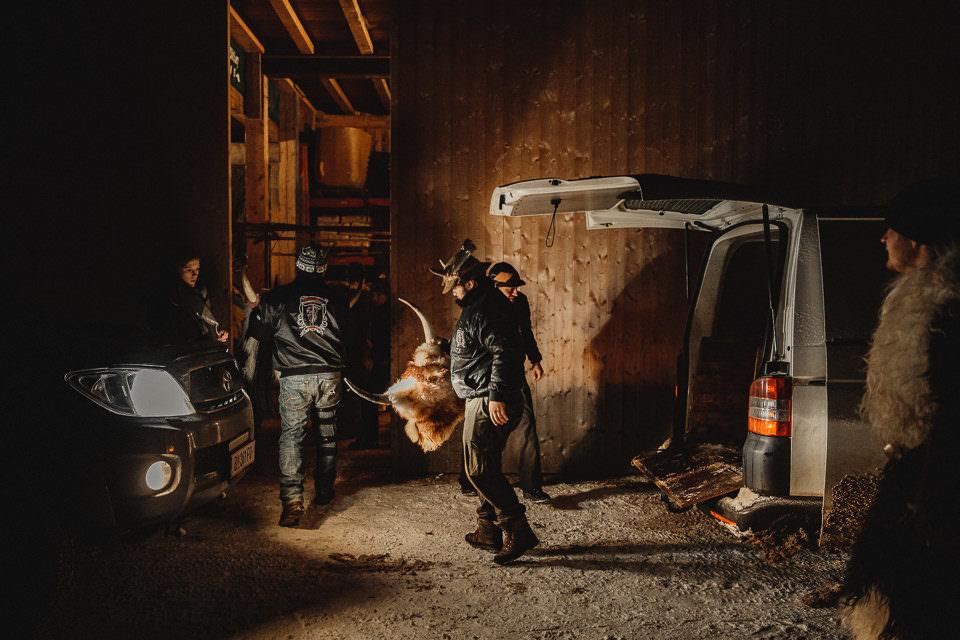 Männer in einem Lager