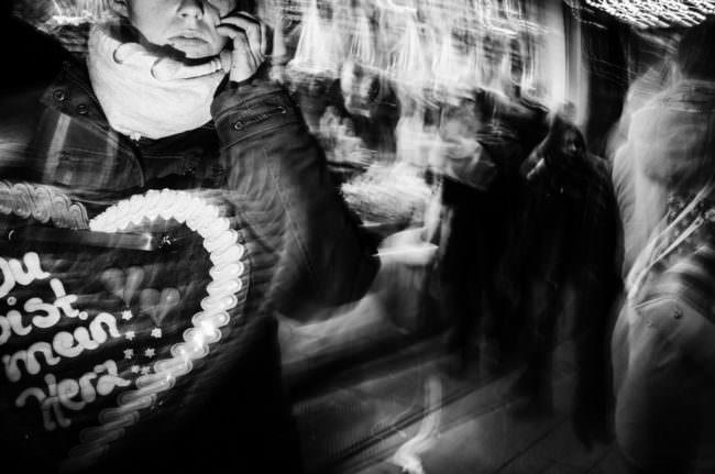 Eine Frau mit einem Lebkuchenherz vor sich.