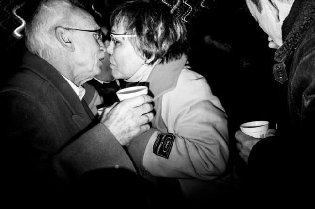 Ein Mann und eine Frau, die sich beinahe küssen.